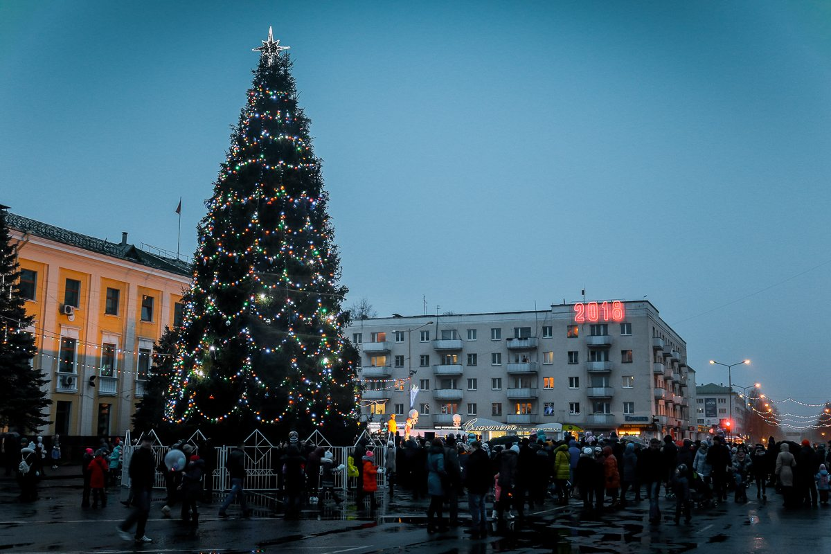 Зажженная елка на площади