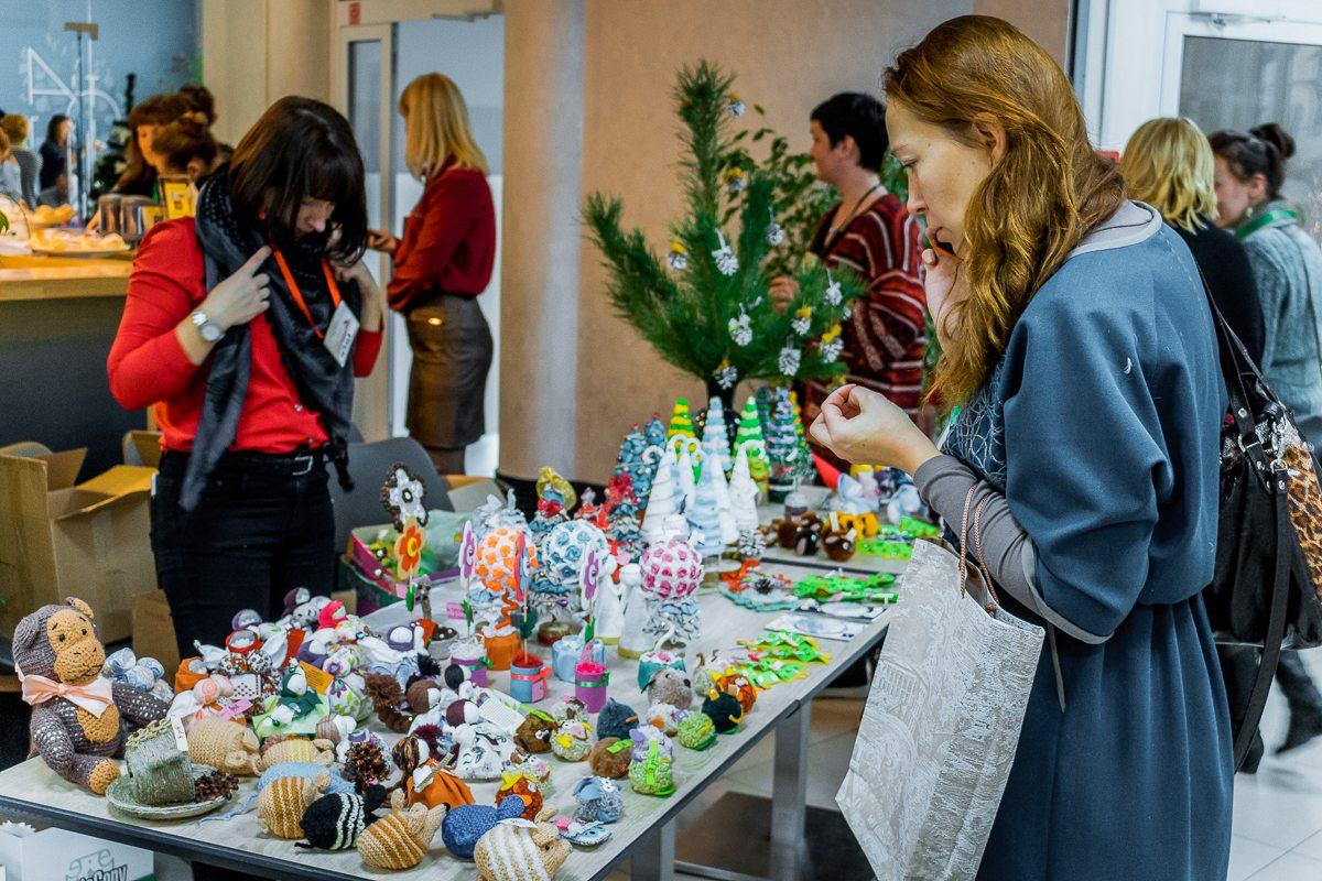 Жителей города заинтересовали яркие и красочные сувениры.