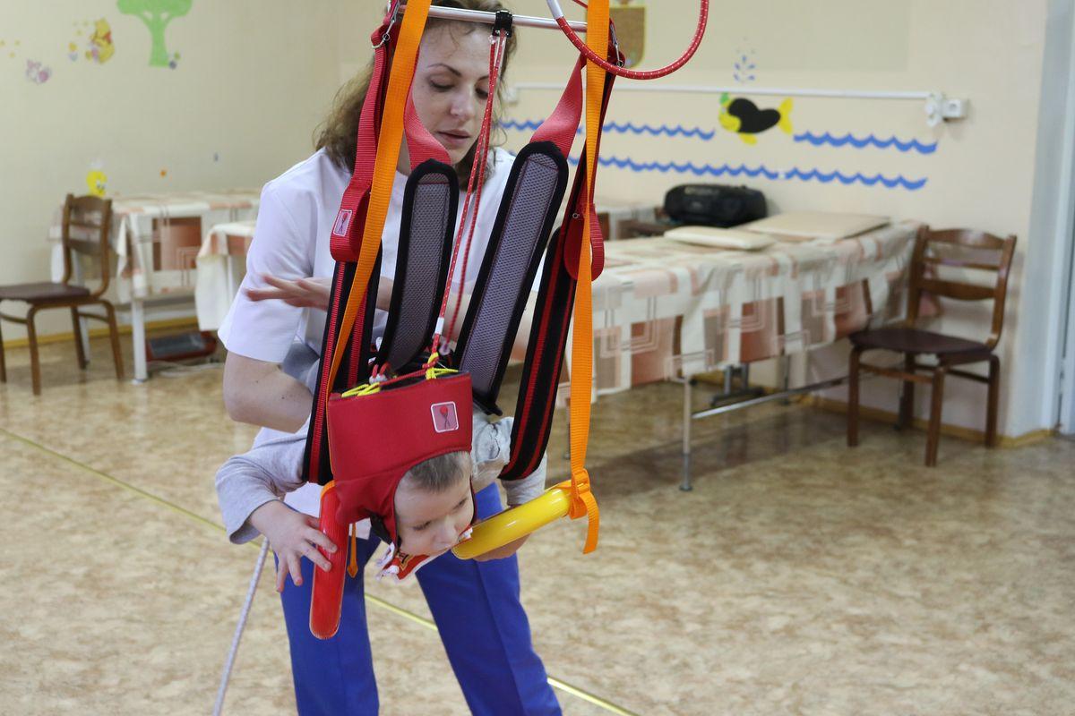 Ольга Пятигорова, инструктор-методист физической реабилитации, проводит занятия на тренажере Гросса.