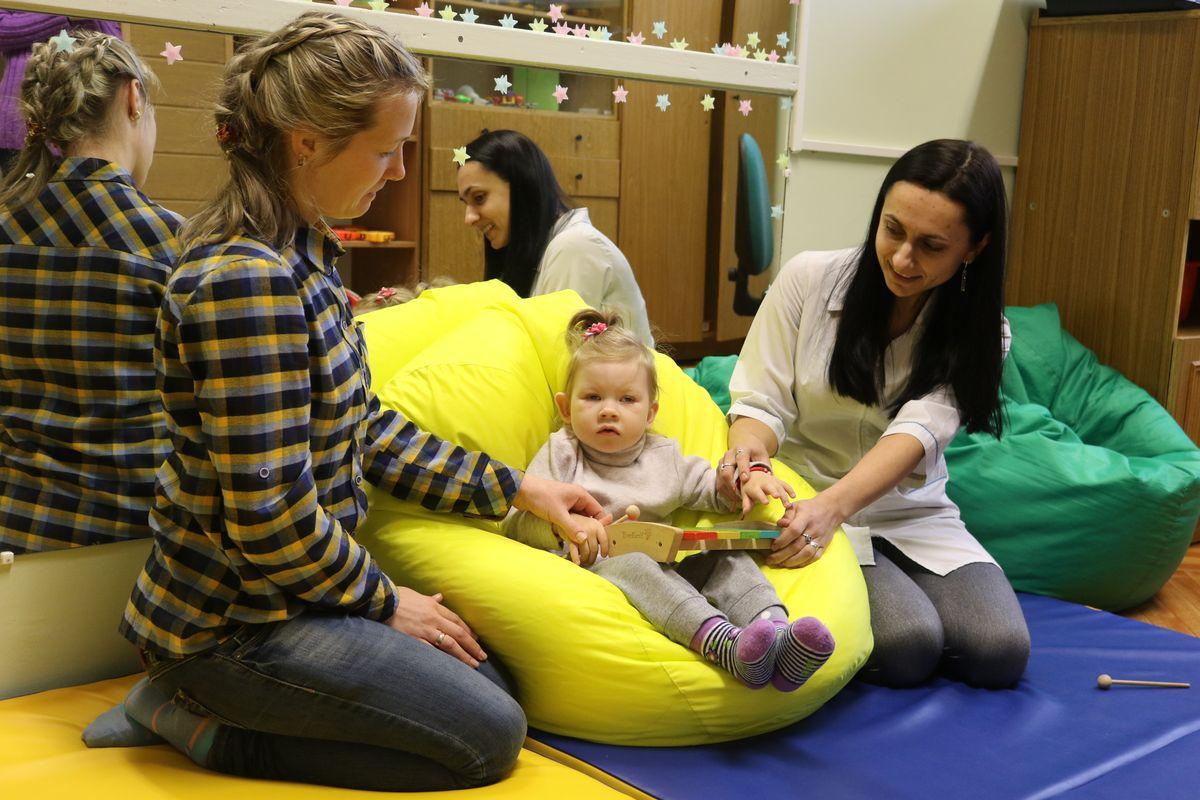 Юлия Бритвич, музыкотерапевт, проводит сеанс музыкотерапии для маленькой пациентки.