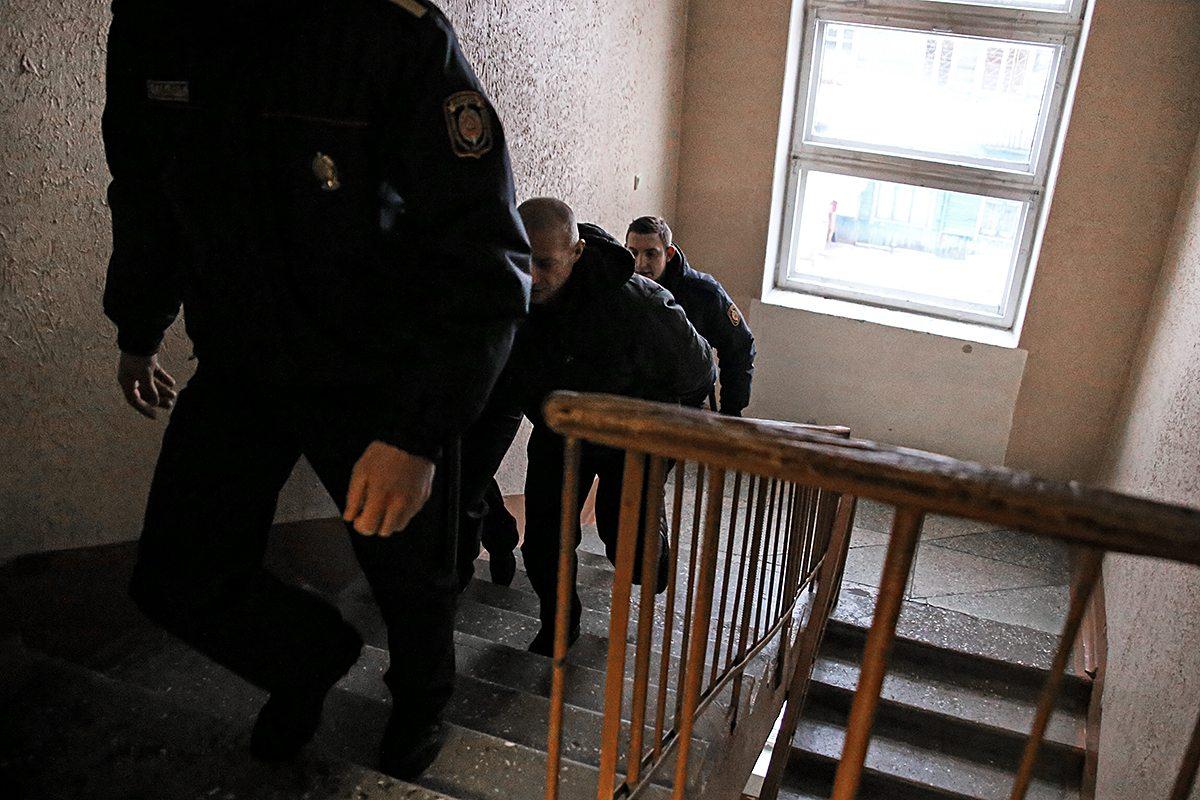 Обвиняемого ведут в зал заседания. Фото: Евгений ТИХАНОВИЧ