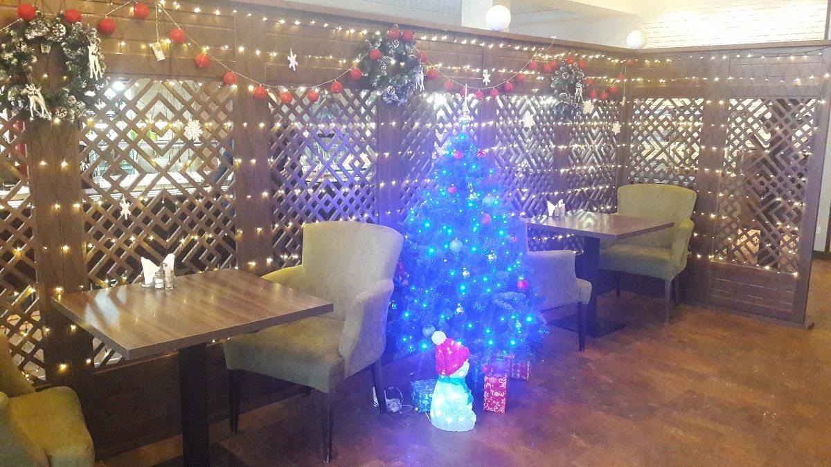 Кафе красиво украшено к новогодним праздникам.