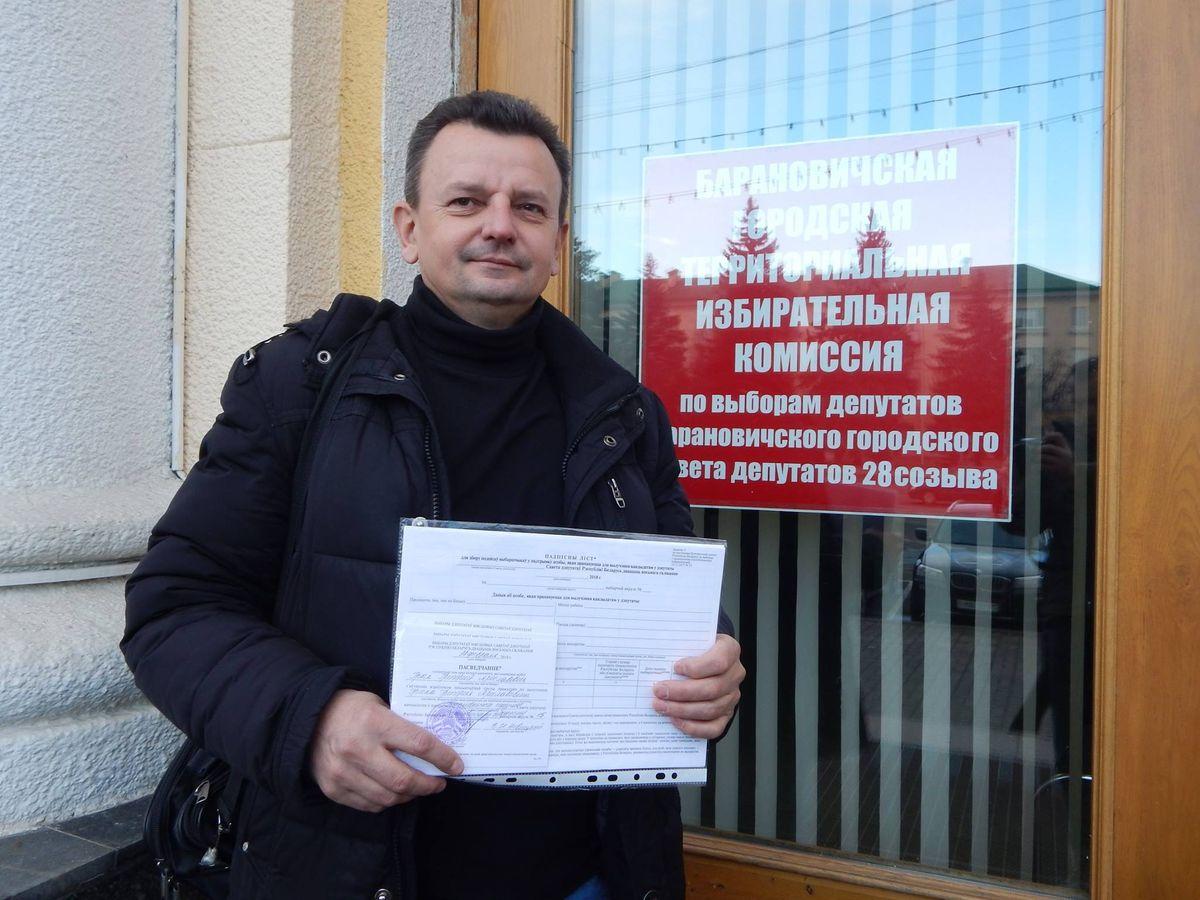 Григорий Грык с собранными в его поддержку подписями. Фото: архив Григория ГРЫКА