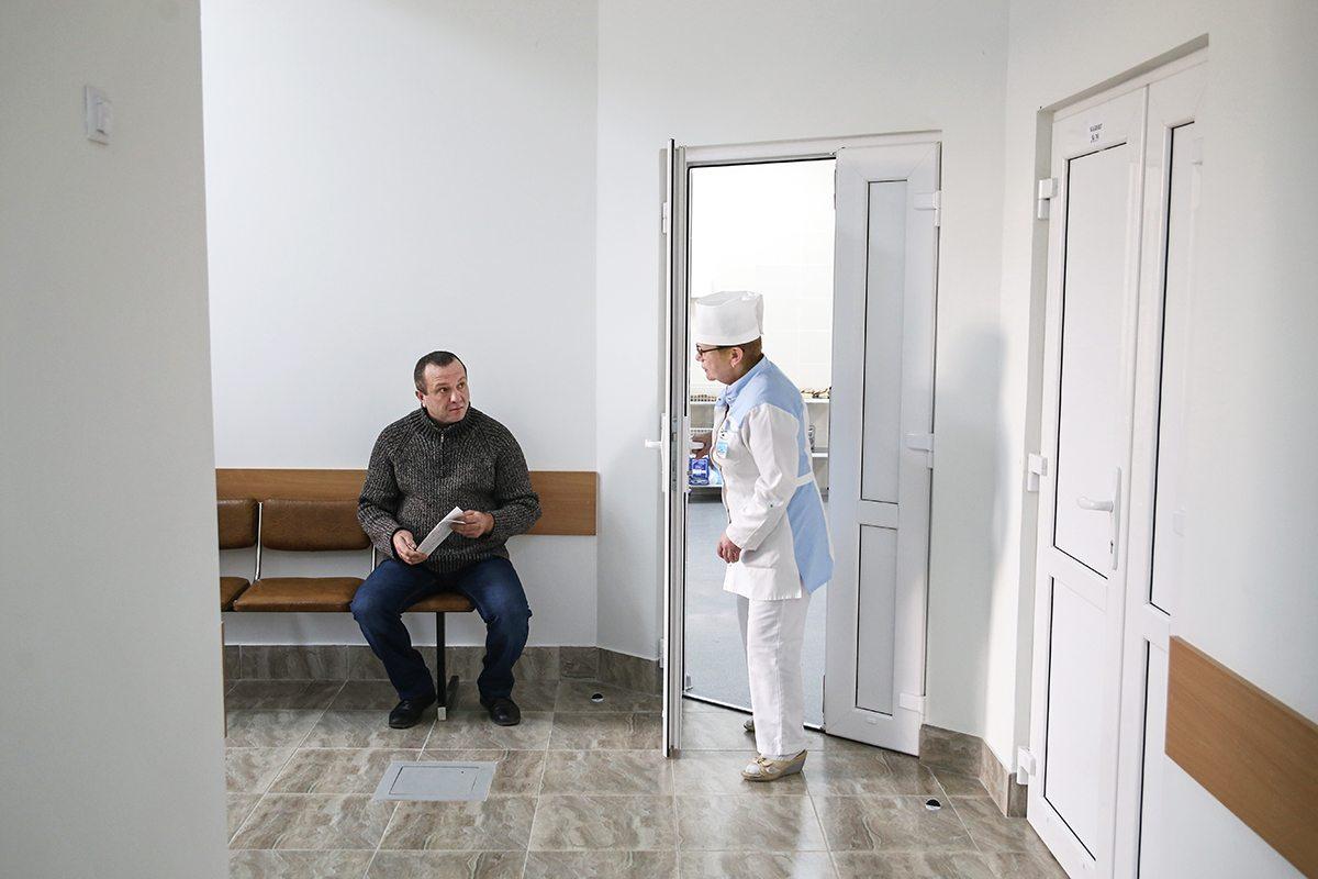 Пациент ожидает приема у нового хирургического кабинета.