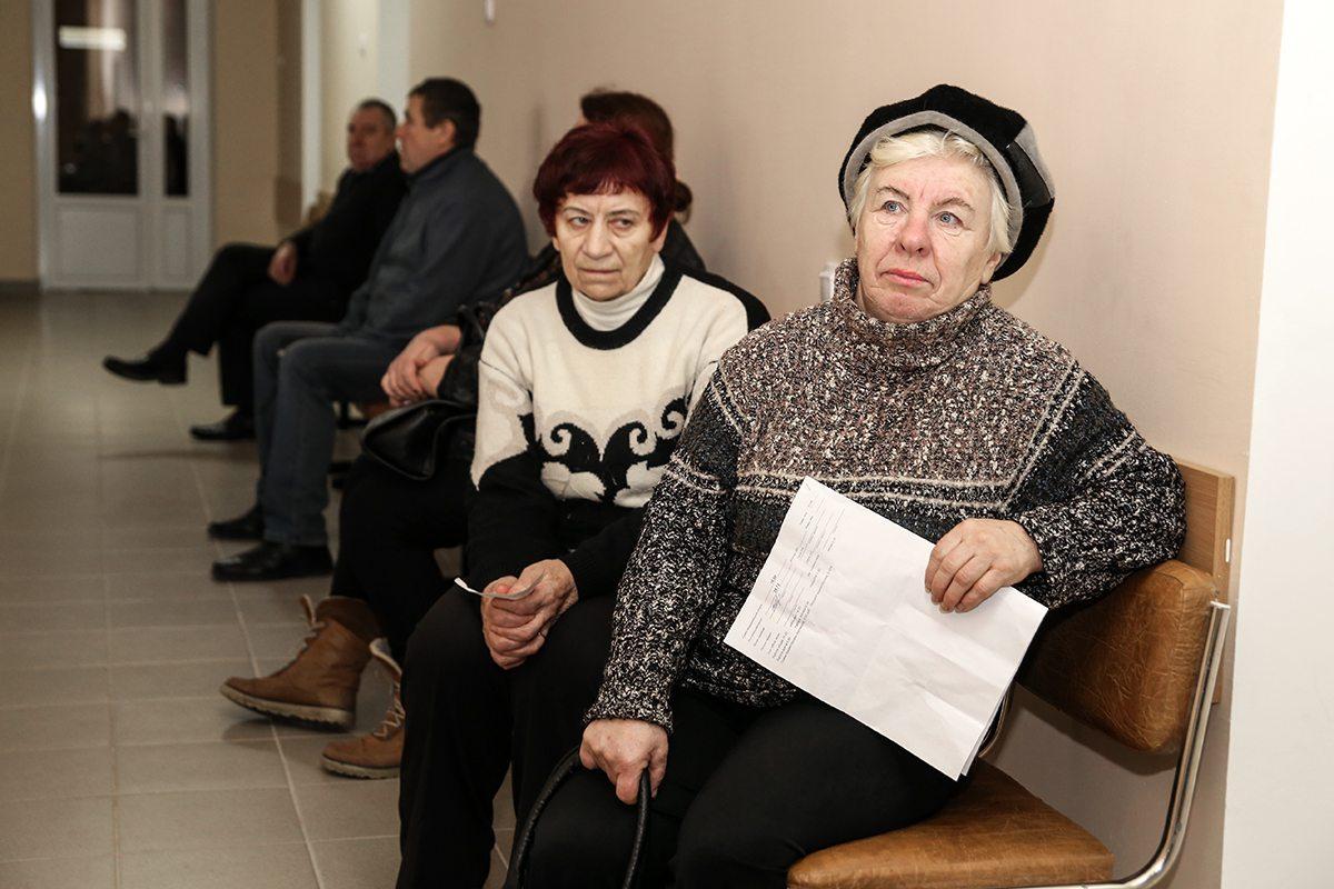 Пациентка Ирина Аркадьевна у ортопедического кабинета.