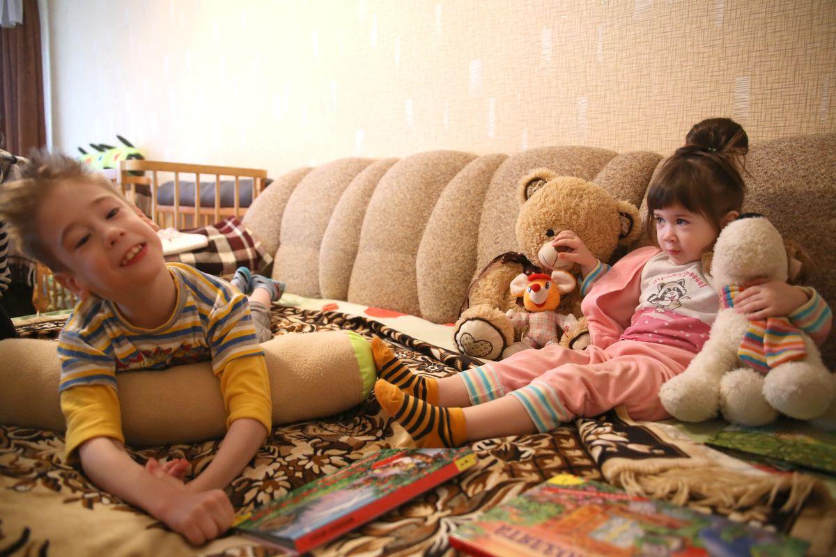 Никита, по словам мамы, обыкновенный ребенок, которому хочется внимания и ласки. Больше всего мальчику нравится, когда рядом с ним младшая сестра Агния.
