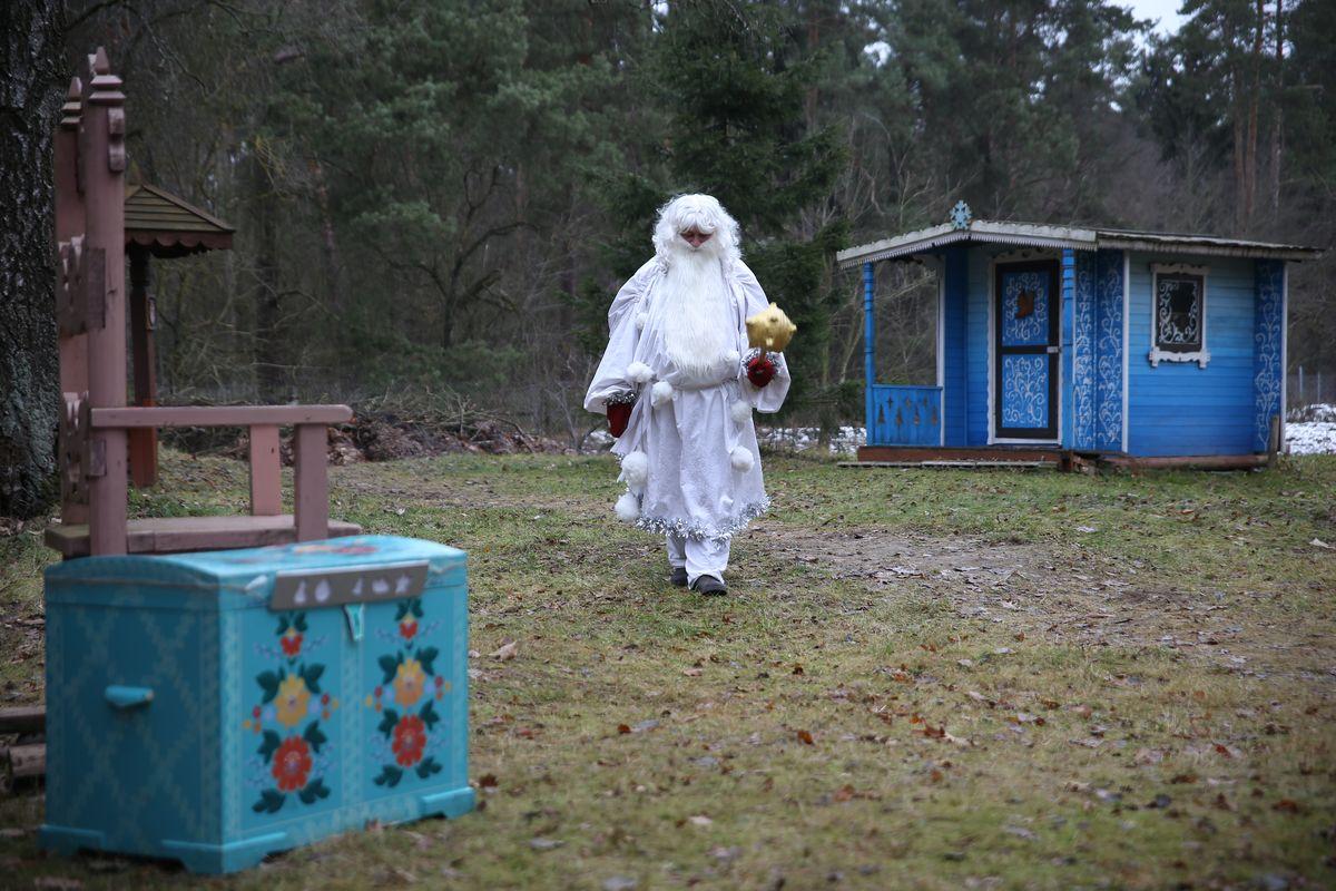 Зюзя живет в домике, а гостей принимает на своем троне.
