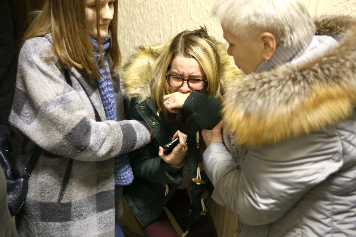 Маша расплакалась, когда перед началом заседания суда увидела своего похитителя. Фото: Евгений ТИХАНОВИЧ