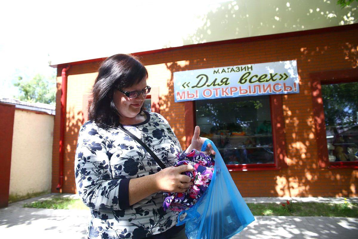 Жительница города Барановичи Анна часто покупает в магазине низких цен детские вещи. Ее привлекает стоимость товара, хотя качество «оставляет желать лучшего». Фото: Евгений ТИХАНОВИЧ