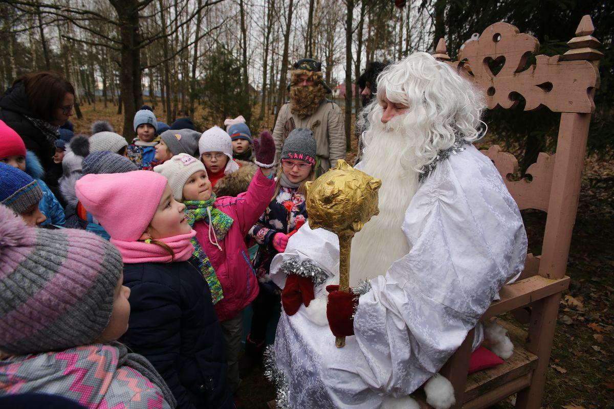 Каждый год в своей усадьбе Зюзя устраивает для детей новогодние представления.