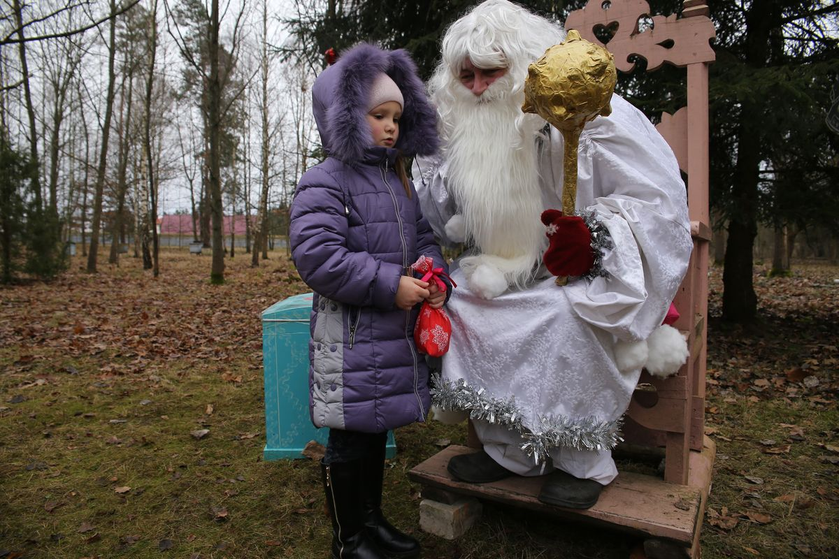 Дети готовят Зюзе стихи и песни, за которые получают подарки.