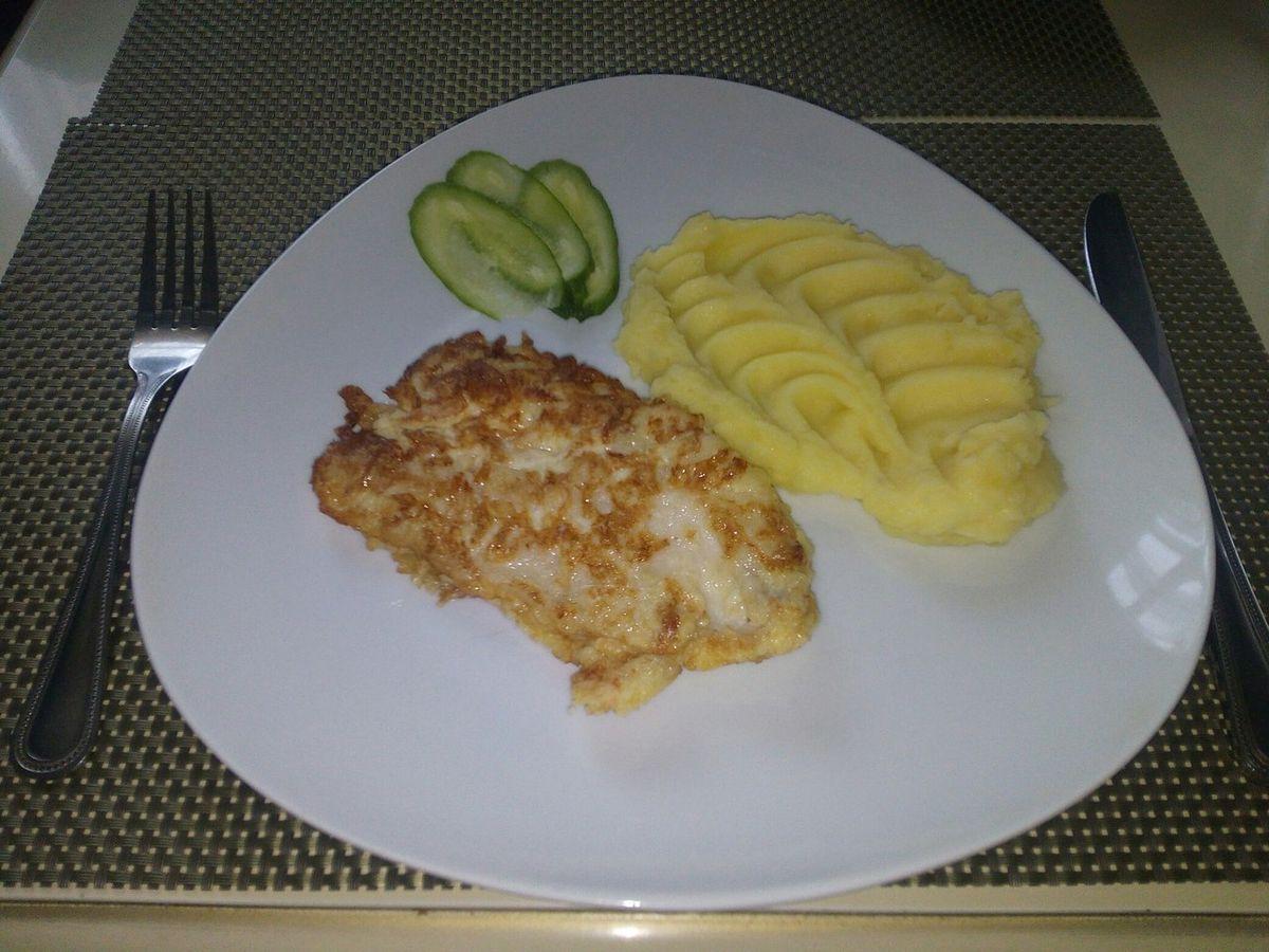 Картофельное пюре и куриное филе в сыре.