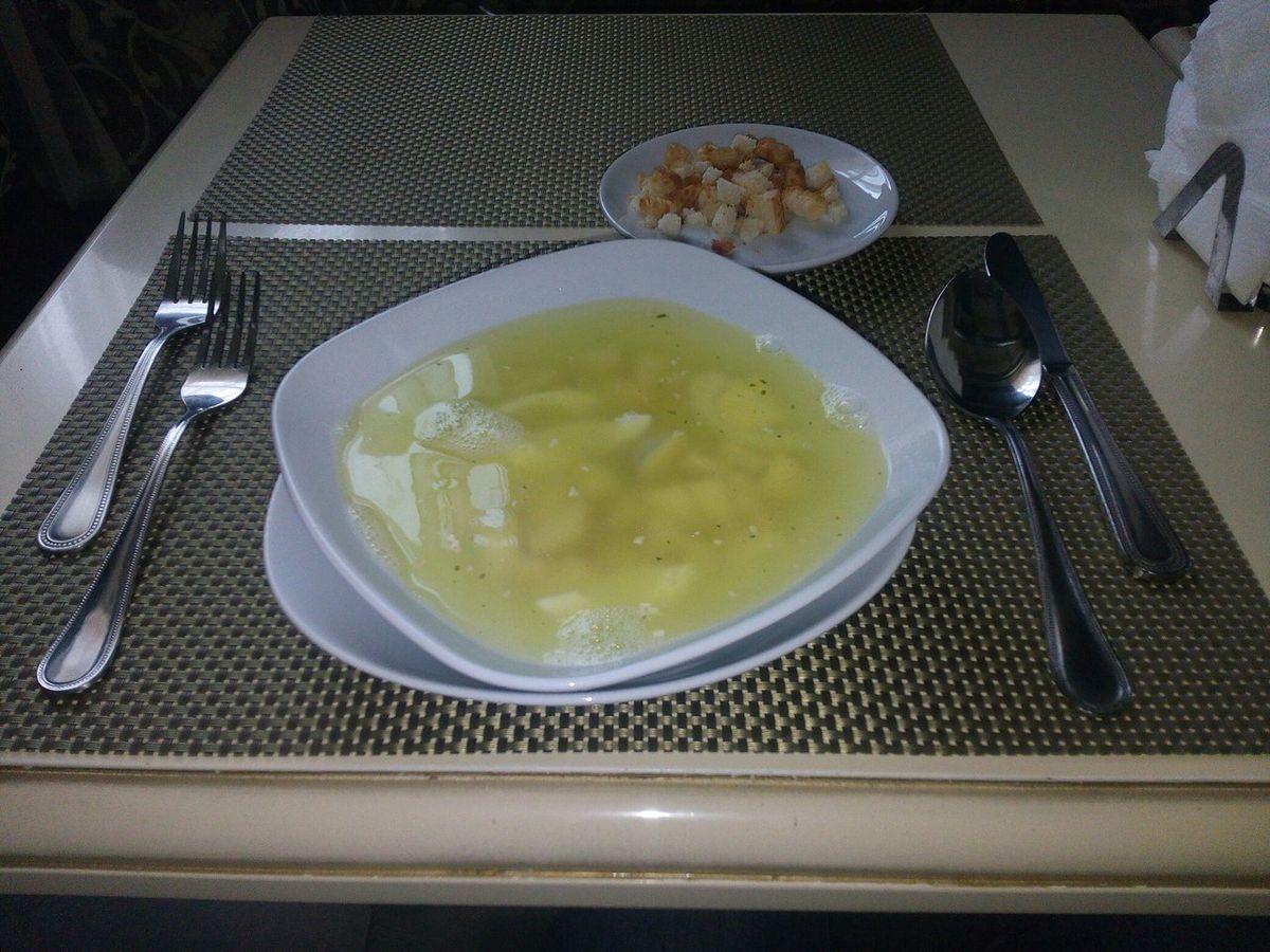 Куриный бульон с яйцом, гренками и куриным мясом.