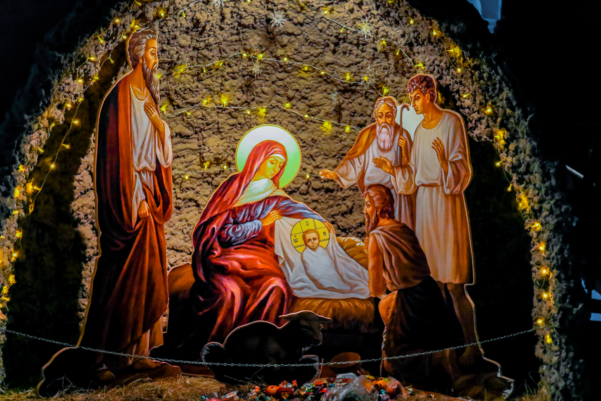 Инсталляция библейского сюжета Рождества у входа в Храм Святого благоверного князя Александра Невского.