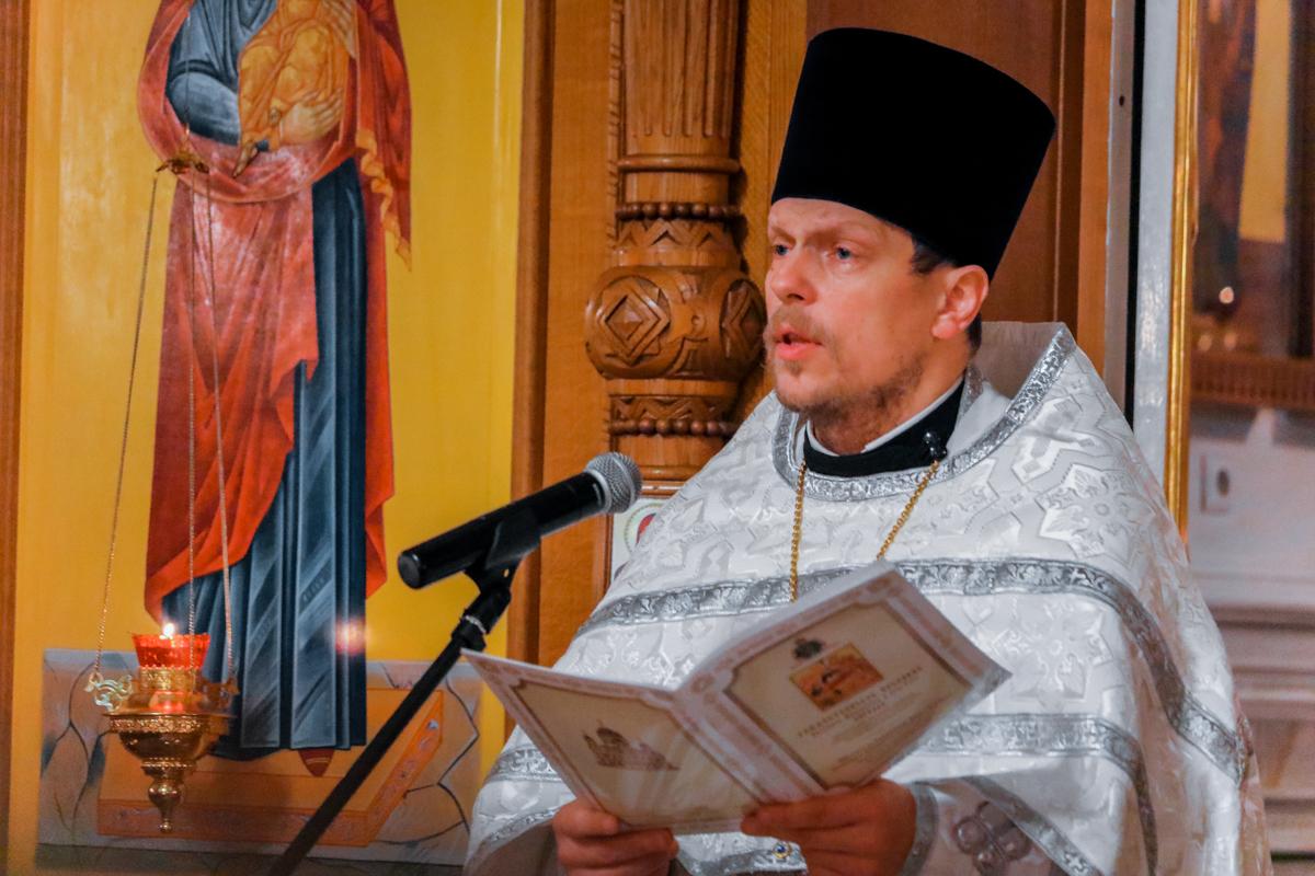 Настоятель протоиерей Храма Святого благоверного князя Александра Невского Виталий Лозовский провел Рождественское богослужение.