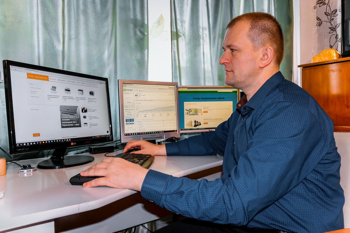 Виталий Михалюк визуально определяет механические повреждения на жестком диске.  Фото: Александр ЧЕРНЫЙ