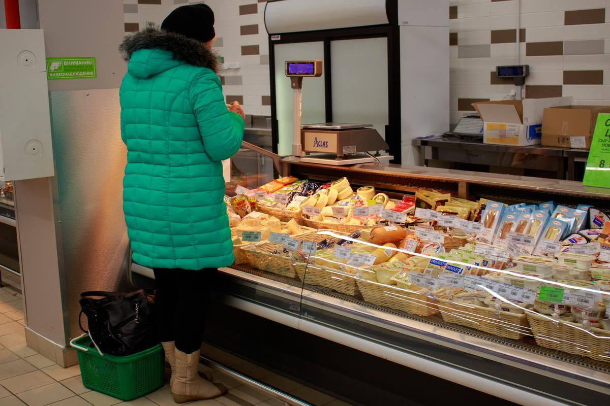 Покупатели по словам работников торговли, в первую очередь обращают внимание на более дешевые продукты. Фото: Александр ЧЕРНЫЙ
