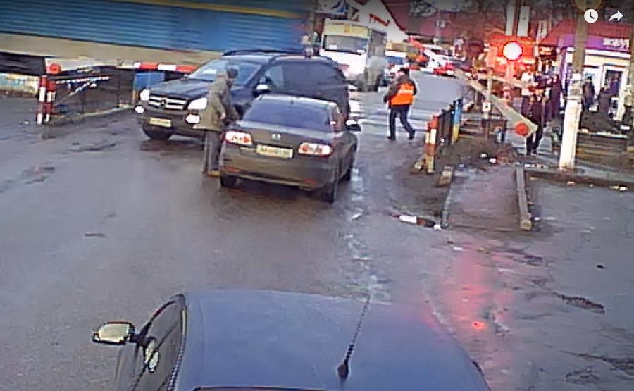 Под Киевом железнодорожник спас напереезде водителя отстолкновения споездом