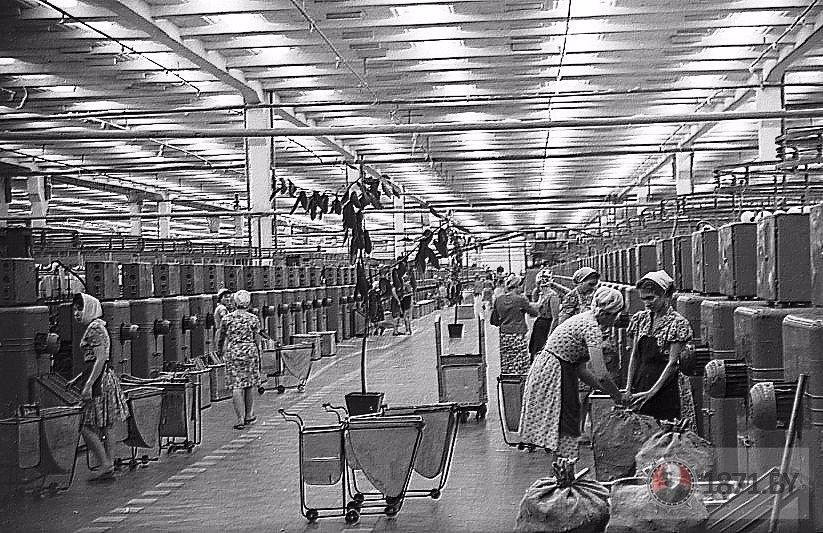 1963 год. В прядильном цехе первой фабрики ХБК. Фото: 1871.by
