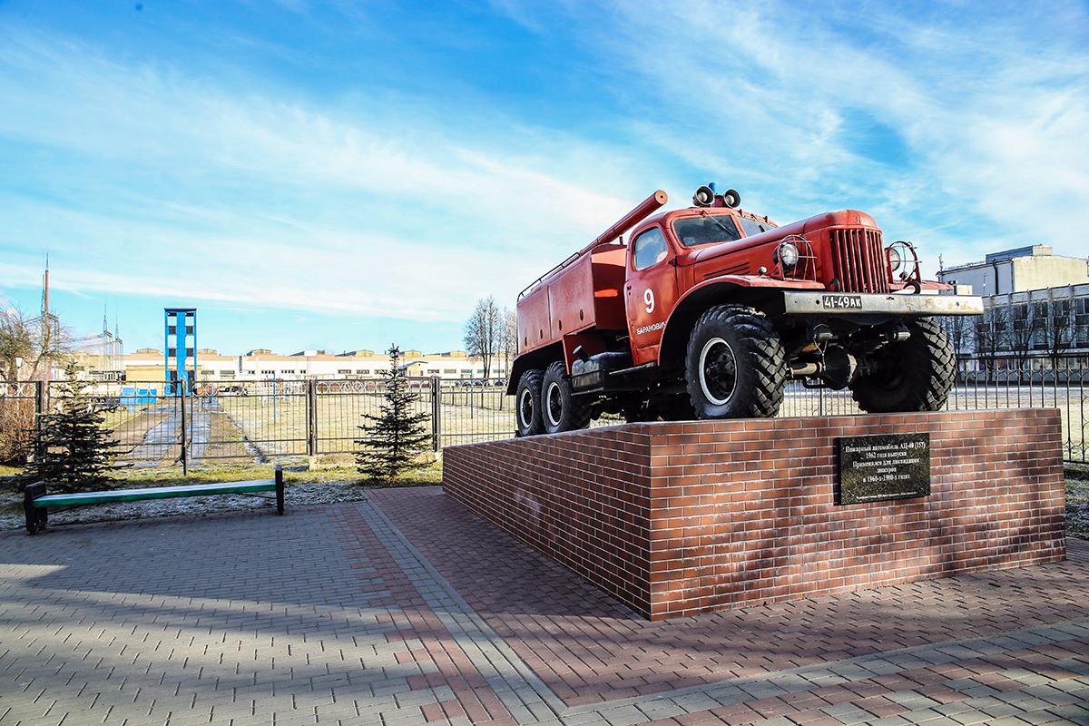 Пожарный автомобиль АЦ-40 , который применялся для ликвидации пожаров в 1960-х - 1980-х годах. Памятник установлен в январе 2015 года к празднику «День спасателя». Фото: Евгений ТИХАНОВИЧ