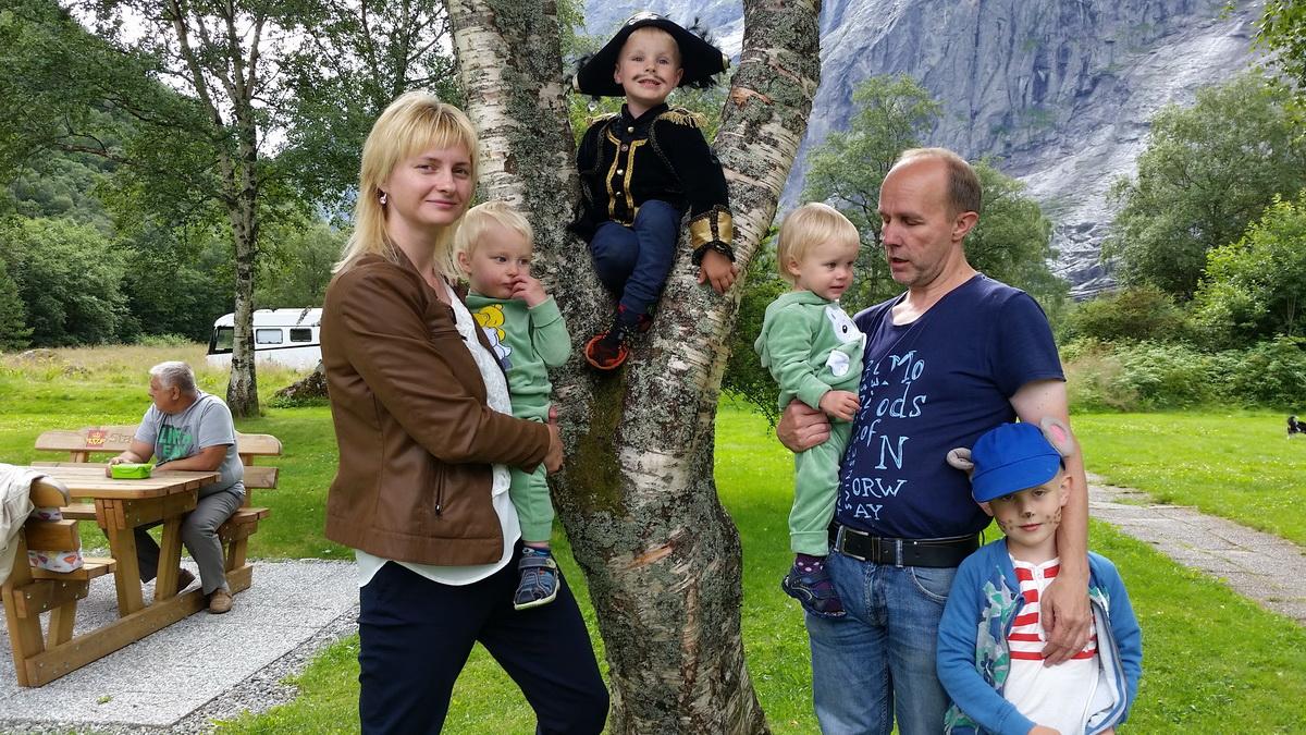 Юлия Юнсон с мужем Арне и сыновьями. Фото: архив семьи
