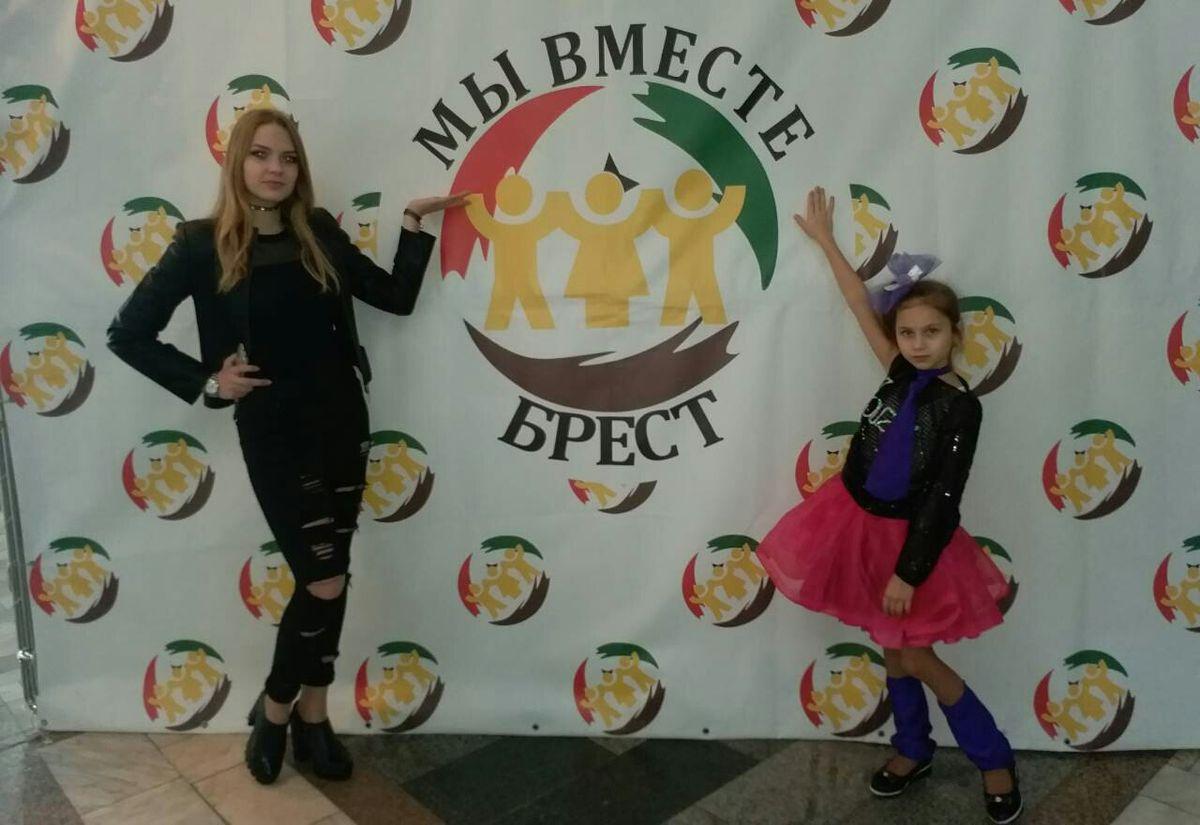 Вокалистки Барановичской детской музыкальной школы искусств №2 Алеся Камская (слева) и Дарья Кулина. Фото: архив Инны БУСЬКО