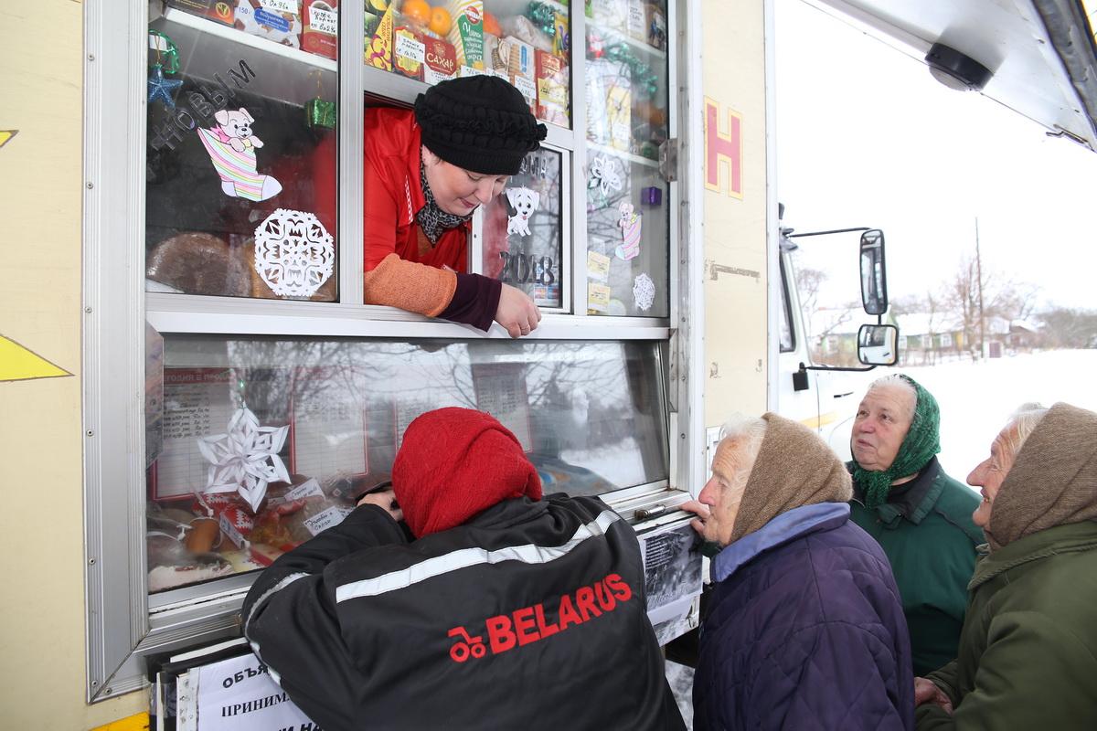Жители деревни Нагорное недавно остались без стационарного магазина и пока не могут привыкнуть к автолавке. Фото: Евгений ТИХАНОВИЧ
