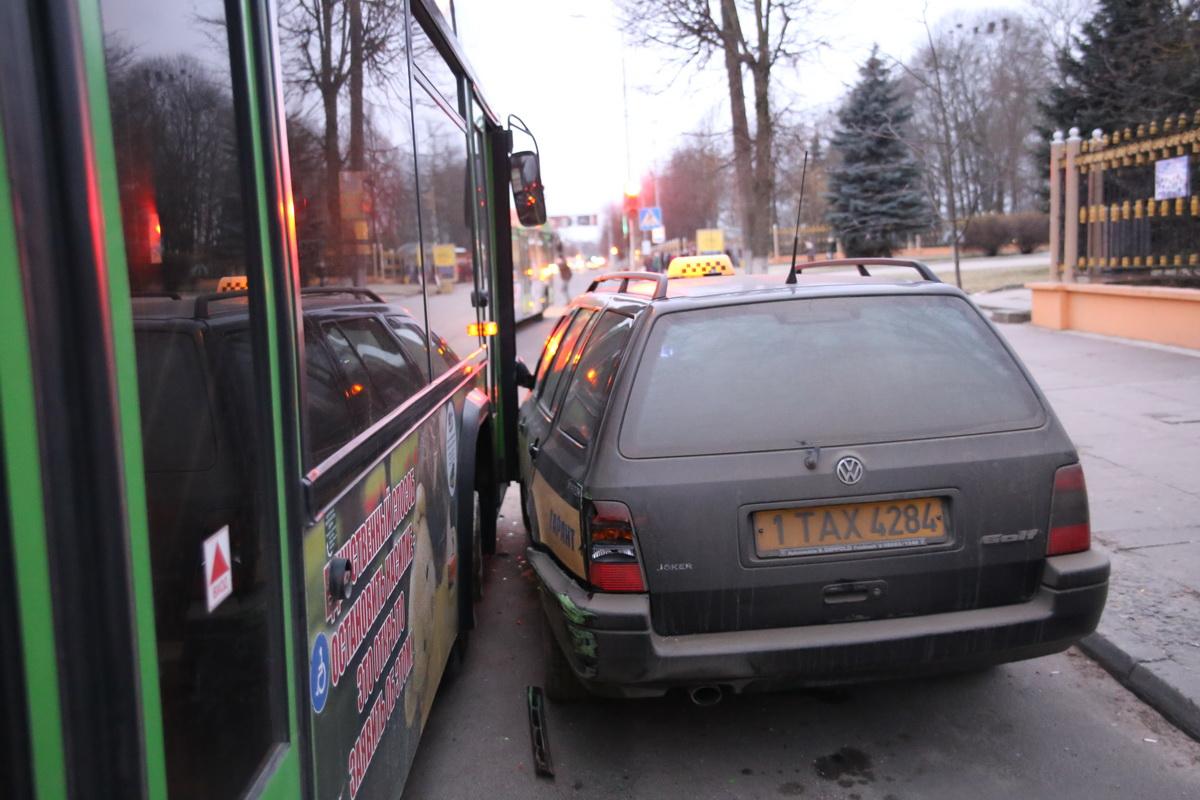 В Барановичах на улице Комсомольской автобус столкнулся с такси