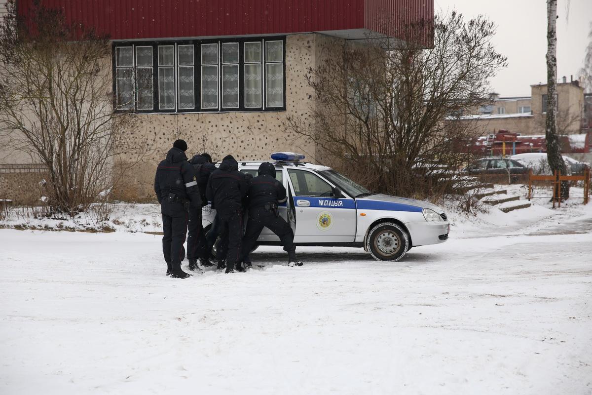 Мужчину, который угрожал бывшей гражданской жене взорвать гранату, задержали милиционеры. Фото. Татьяна МАЛЕЖ