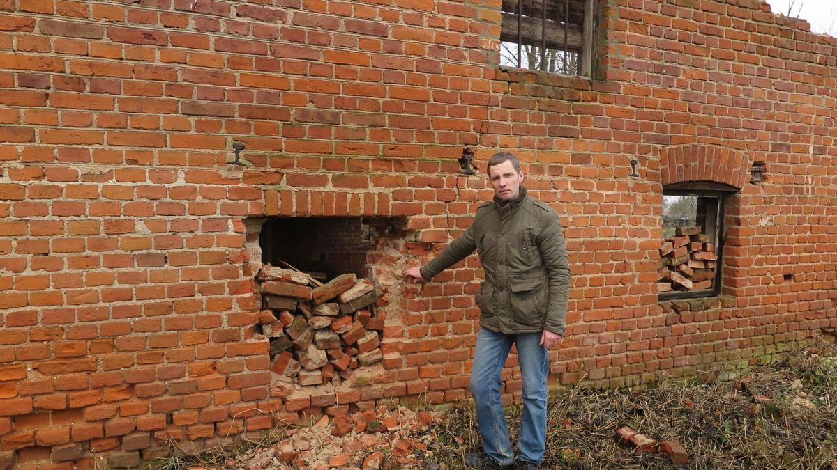 Александр заложил окна старой мельницы, чтобы не допустить ее дальнейшее разрушение. Фото: Ирина КУЗЬМИЧ