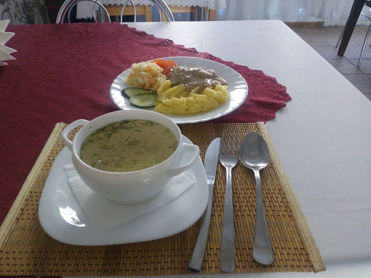 Куриный бульон, картофельное пюре и куриная печень в сметанном соусе.