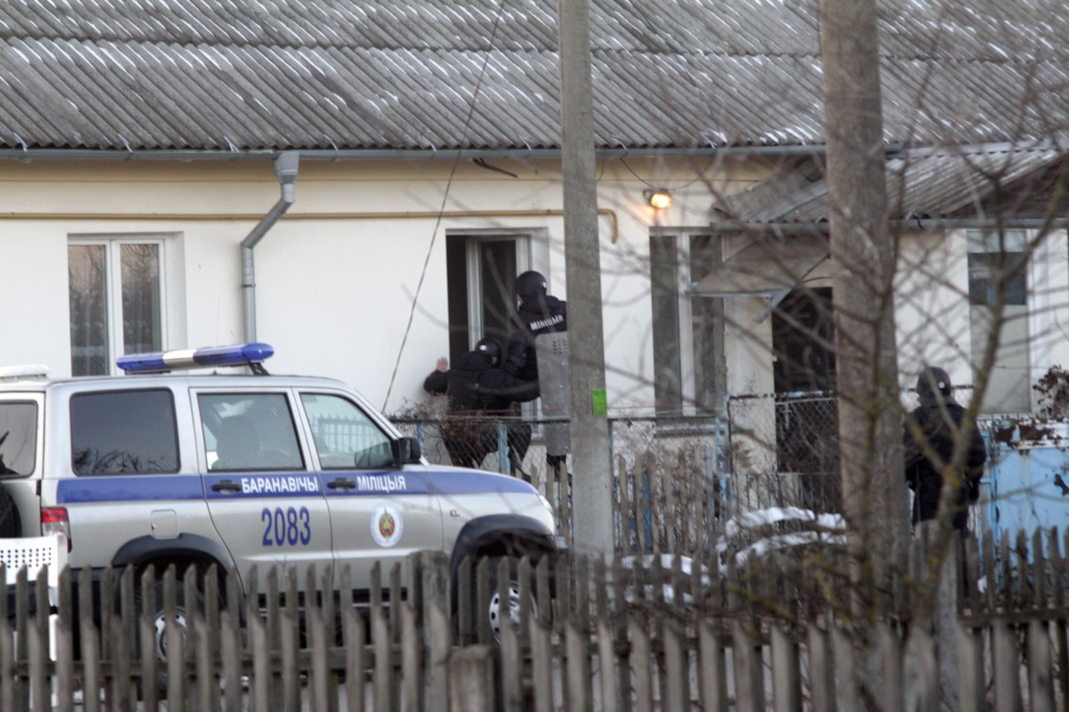 Сотрудники МВД открывают окно. Фото Intex-press предоставил очевидец