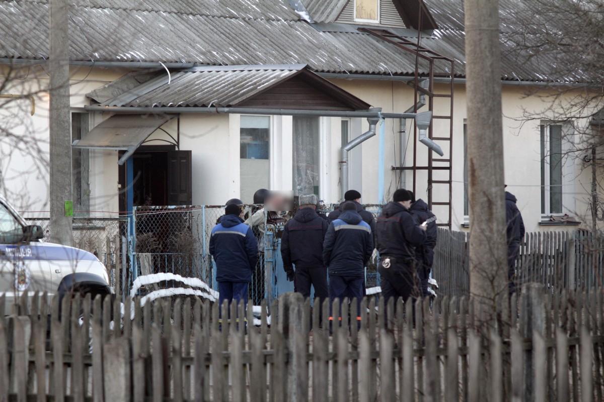 Задержанного выводят из дома. Фото Intex-press предоставил очевидец