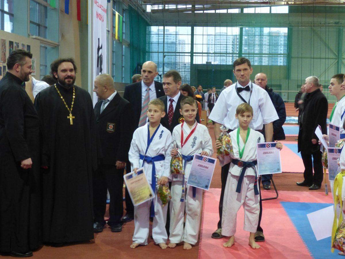 Барановичские участники турнира с тренером Сергеем Кротовым (в белом) после награждения.