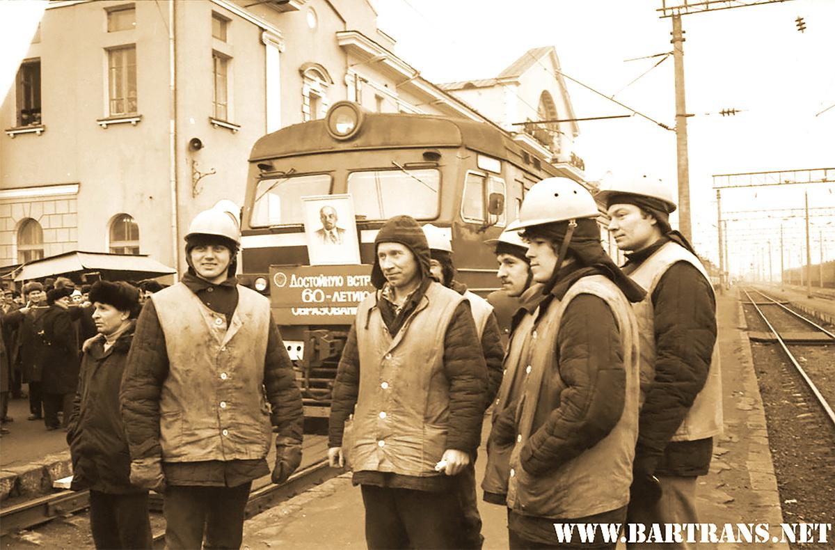 1982 год. Бригада электромонтеров во время запуска первого электропоезда «Минск-Барановичи».  Фото:  сайт bartrans.net