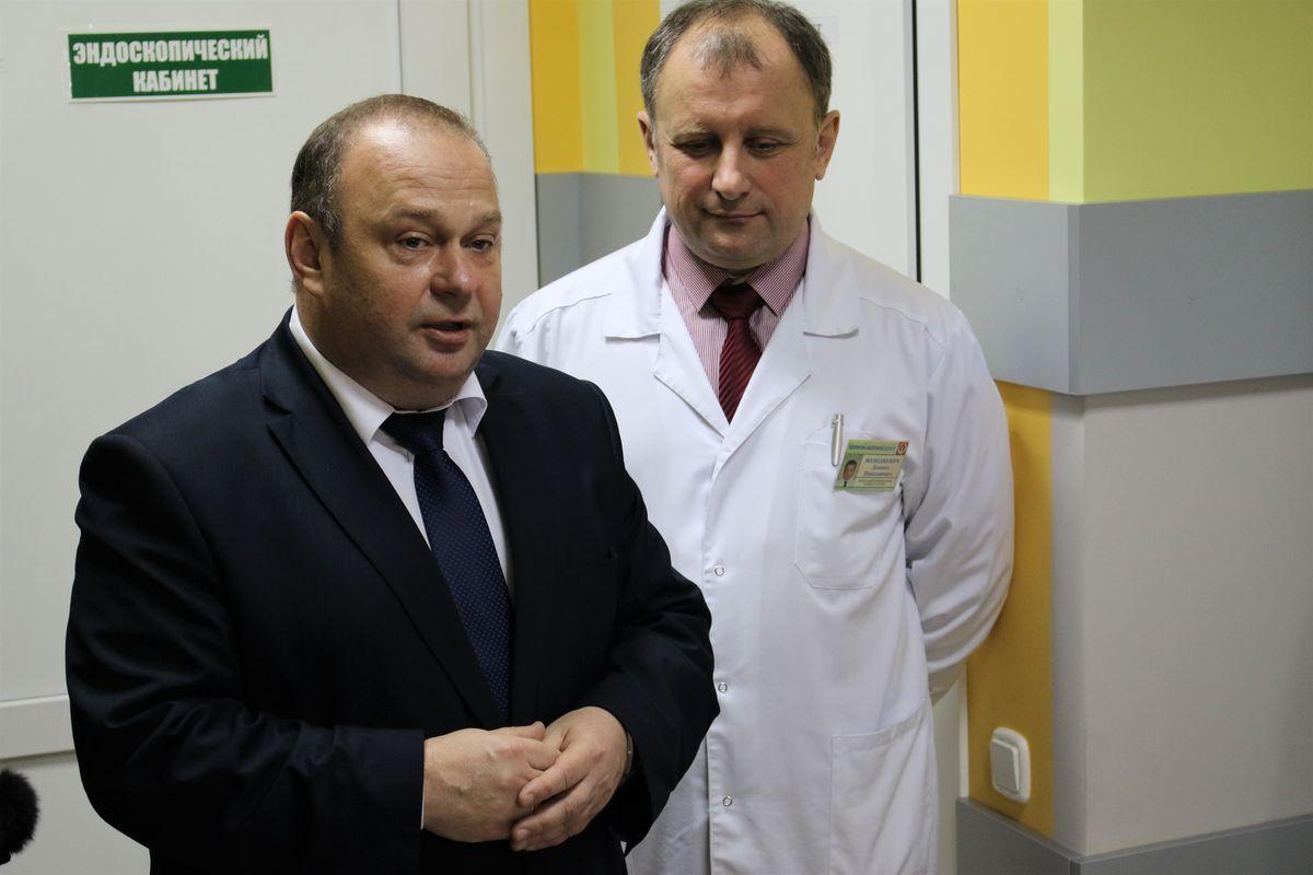 Председатель Барановичского горисполкома Юрий Громаковский и заведующий Барановичским онкодиспансером Леонид Володкевич.