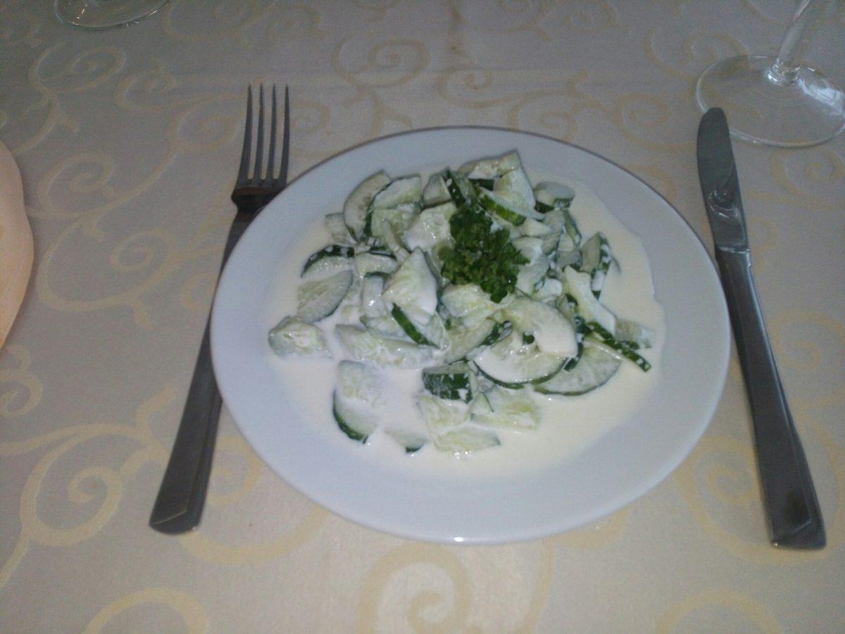 Салат из свежих огурцов со сметаной.