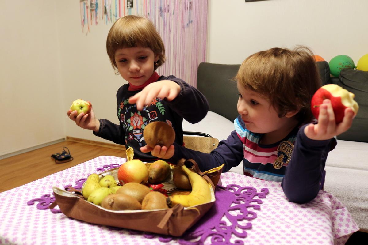 Родители Ани Степук (слева) и Софии Солонович считают, что дети не должны есть чипсы и фастфуд, и покупают дочкам не менее вкусные фрукты. Фото: Александр ЧЕРНЫЙ
