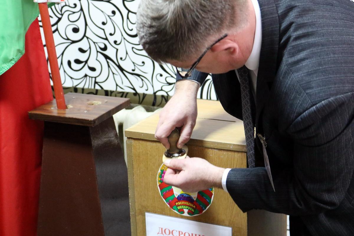 Председатель избирательной комиссии №37 Владимир Станевич опечатывает урну для голосования.