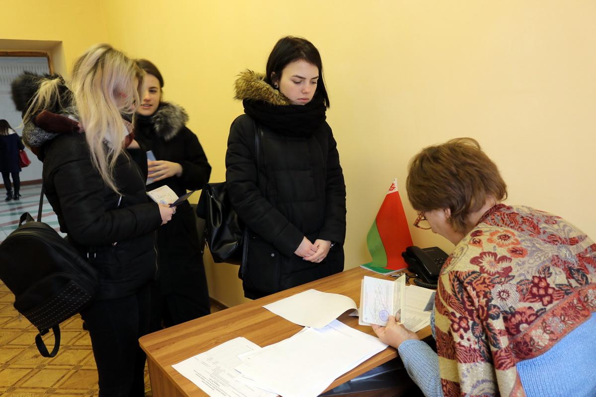 Студенты БарГУ пришли на досрочное голосование.