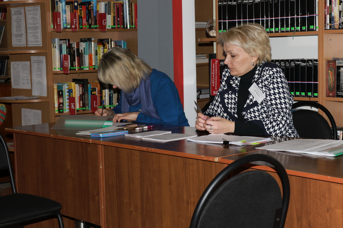Избирательная комиссия №38 в городской библиотеке им. Тавлая: Валентина Кузьмич и Елена Двораковская.