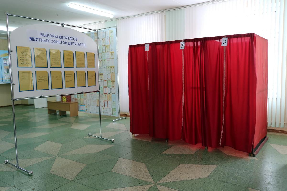 По словам членов избирательной комиссии гимназии №4, наплыв избирателей они ждут после 17.00.