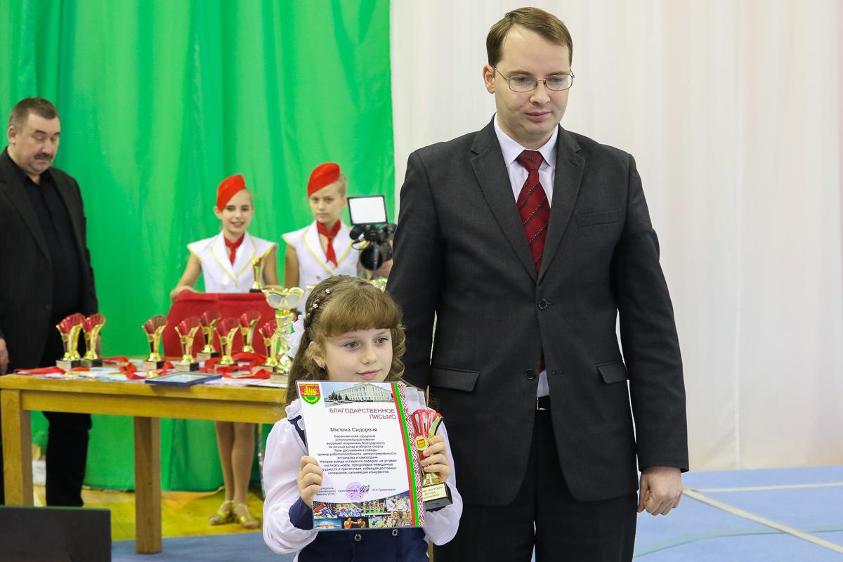 Первой из рук заместителя председателя горисполкома Алексея Гарбуза диплом получила самая юная участница десятки лучших – Милена Сидореня.