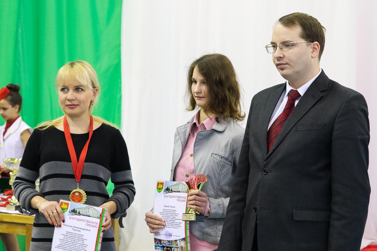 Награждаются Ирина Лущик ( в центре) и ее тренер Наталья Тиунчик.
