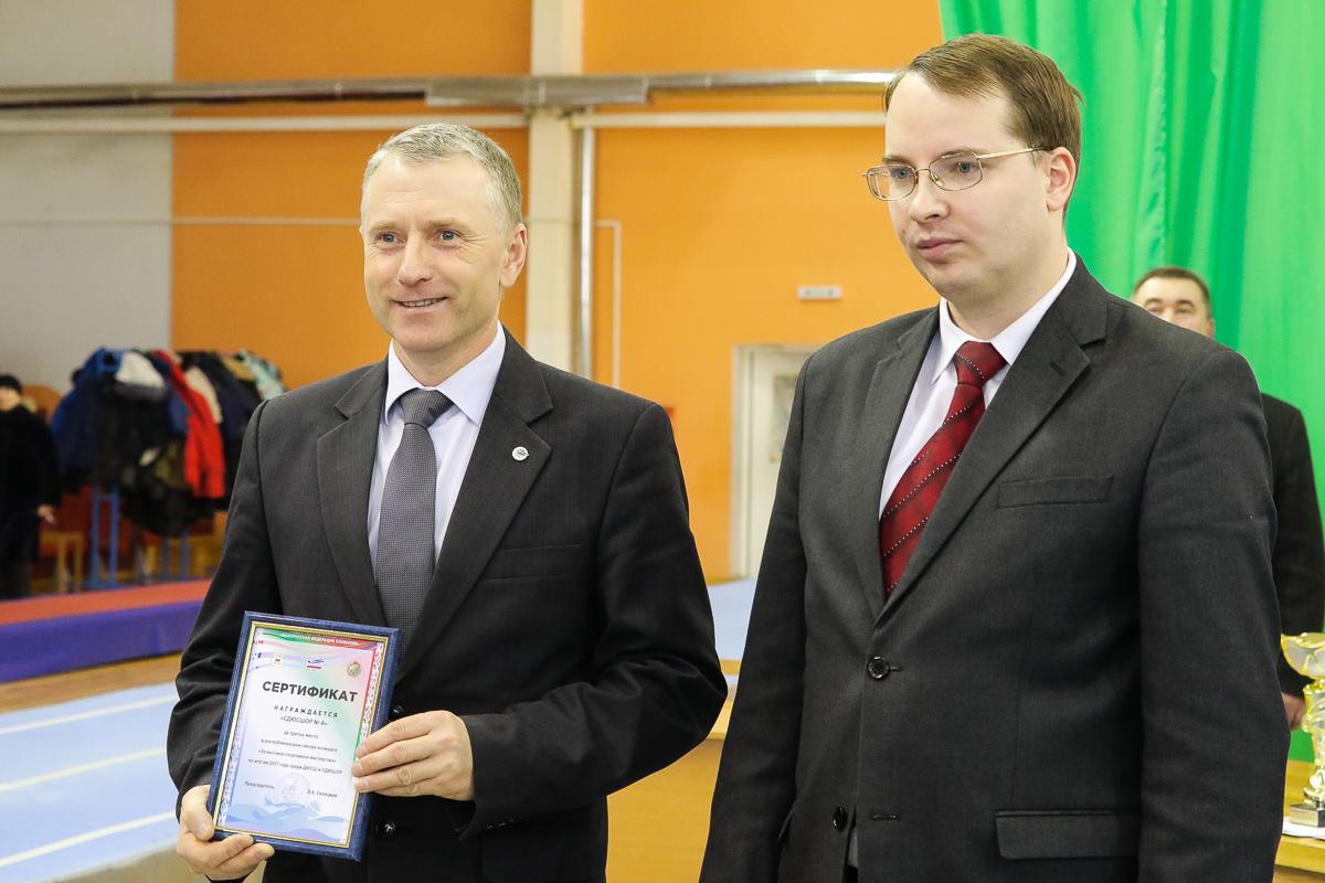 Директор СДЮШОР №4 Сергей Пиваш с сертификатом за особые успехи школы.