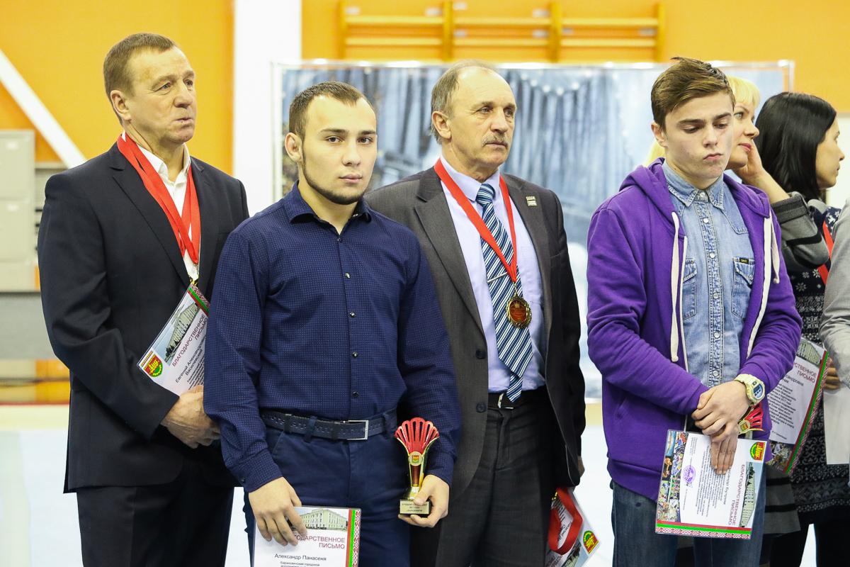 Александр Панасеня и Александр Бутрим (на переднем плане слева направо) и их тренеры Евгений Василевский (слева) и Анатолий Хвойницкий.