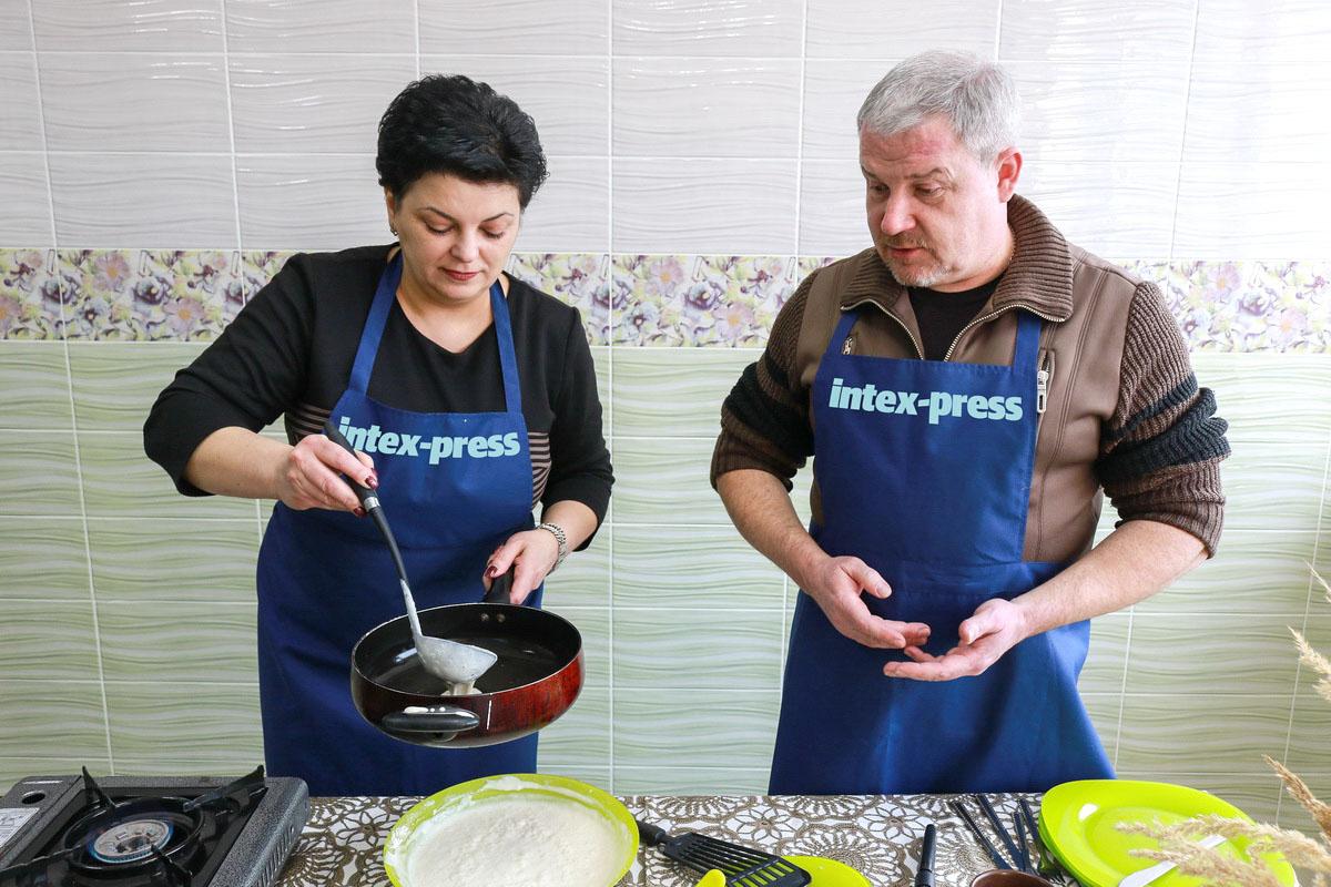 Перед тем, как приступить к жарке, сковороду нужно предварительно разогреть.