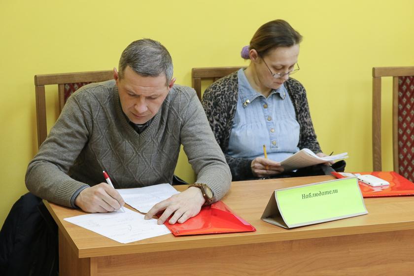 Независимые наблюдатели Алесь Мачульский и Татьяна Малащенко на участке №68 в день выборов, 18 февраля.