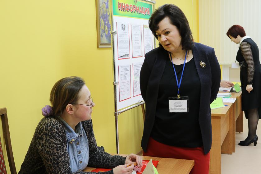 Независимый наблюдатель Татьяна Малащенко и председатель участковой избирательной комиссии Наталья Бужинская на участке №68 в день голосования, 18 февраля.