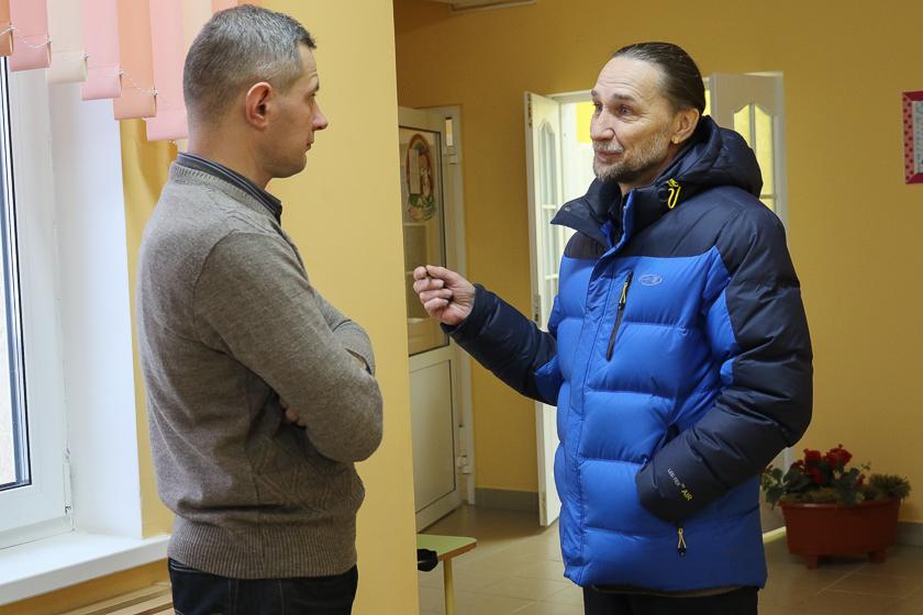 Наблюдатель Алесь Мачульский и кандидат в депутаты Барановичского городского Совета депутатов Юрий Казакевич на участке №68 18 февраля.